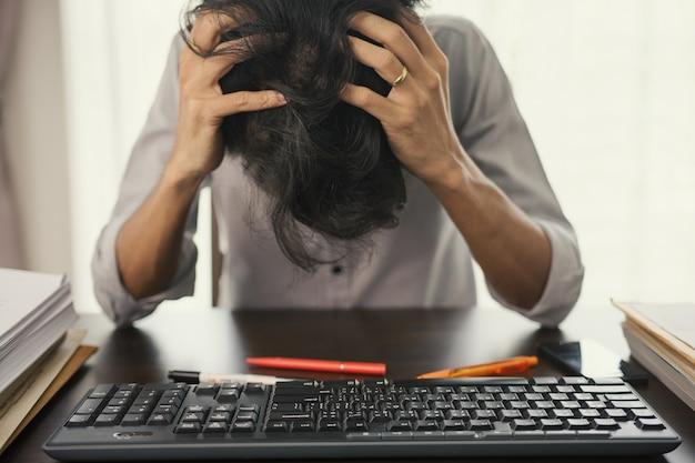 Los hombres de negocios están estresados con el trabajo sin terminar