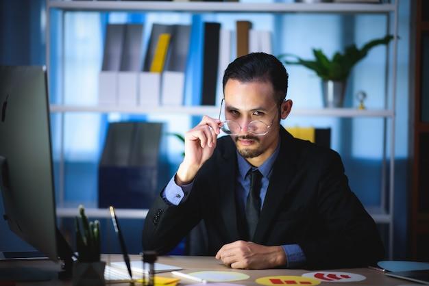 Los hombres de negocios están planeando sus planes de negocios para una empresa en crecimiento.