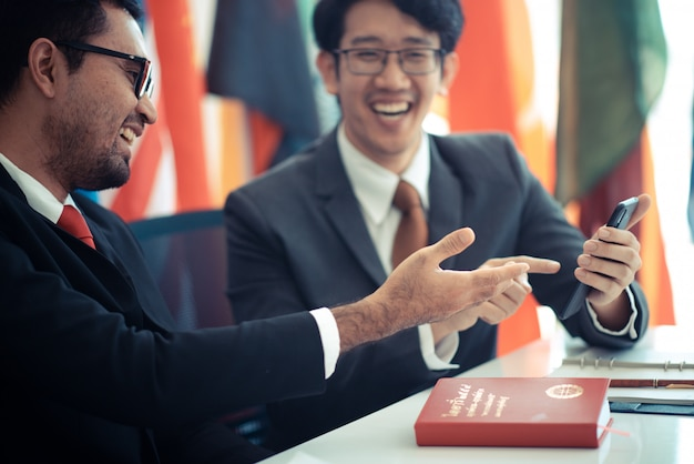 Los hombres de negocios están usando un teléfono inteligente al hacer negocios en línea, conceptos de negocios en línea modernos
