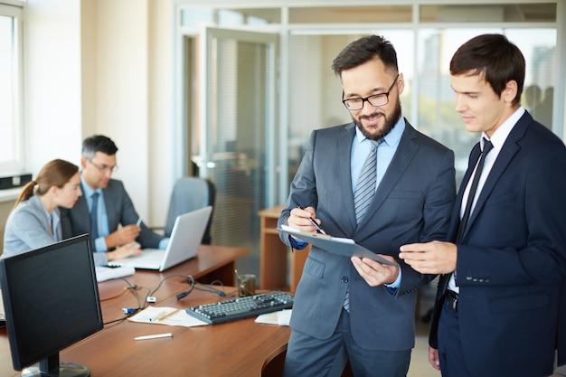Hombres de negocios exitosos hablando el uno al otro