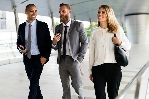 Hombres de negocios hombres y mujeres compañeros de trabajo caminando juntos