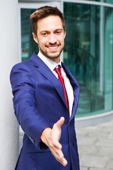 Hombres de negocios jovenes que sacuden las manos