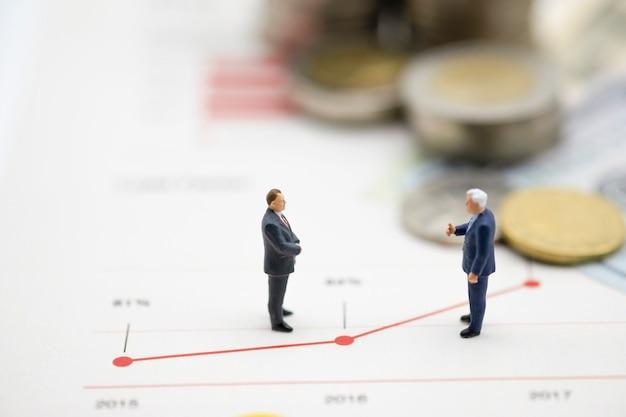 Hombres de negocios en miniatura