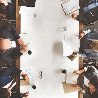 Hombres de negocios que analizan concepto financiero de las estadísticas
