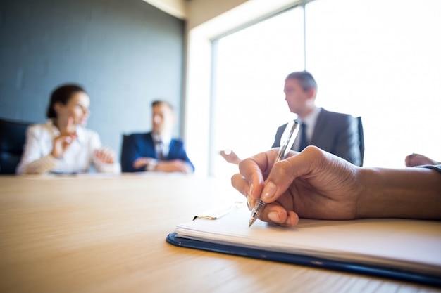 Hombres de negocios que discuten en la reunión en la mesa de conferencias en la oficina