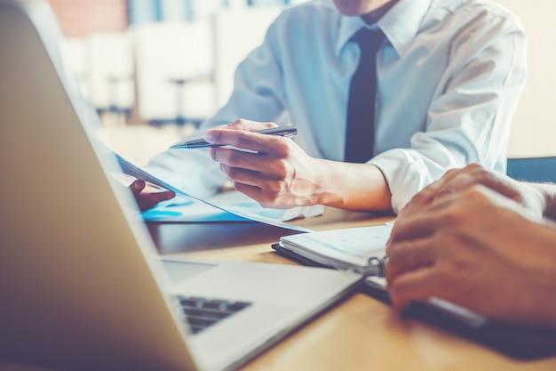 Hombres de negocios que se encuentran concepto de análisis de la estrategia de planificación en planes futuros a los colegas