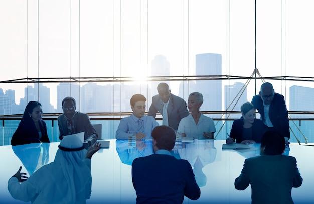 Hombres de negocios que se encuentran concepto del equipo del paisaje urbano