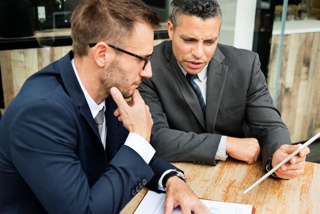 Hombres de negocios que encuentran la discusión que analiza concepto del planeamiento