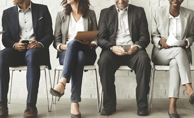 Hombres de negocios que hacen frente al concepto corporativo de la conexión del dispositivo de digitaces