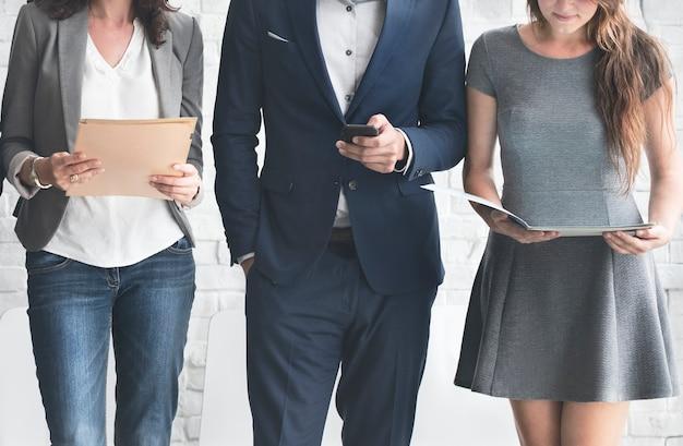 Hombres de negocios que hacen frente a concepto corporativo de la conexión del dispositivo de digitaces