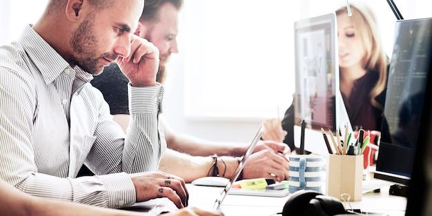 Hombres de negocios que hacen frente a la discusión que trabaja el concepto de la oficina