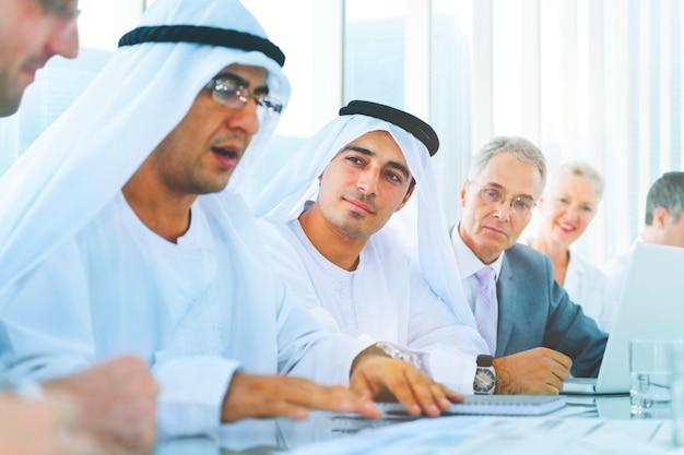 Hombres de negocios que hacen frente a la discusión team concept corporativo