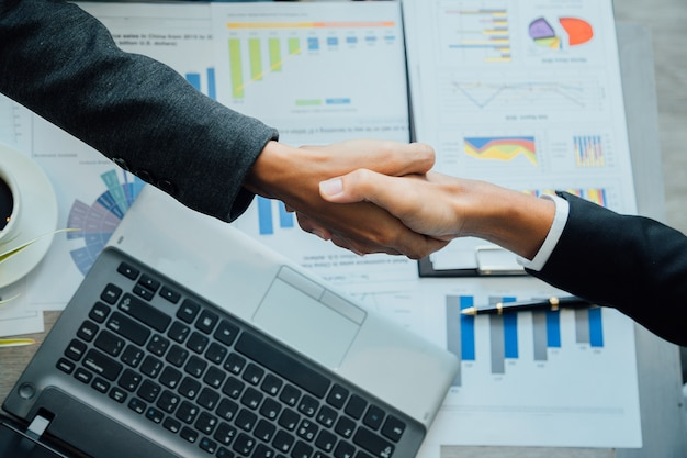 Los hombres de negocios que sacuden las manos asocian al líder de equipo acertado y a la reunión de negocios