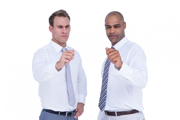Hombres de negocios que señalan algo con sus manos