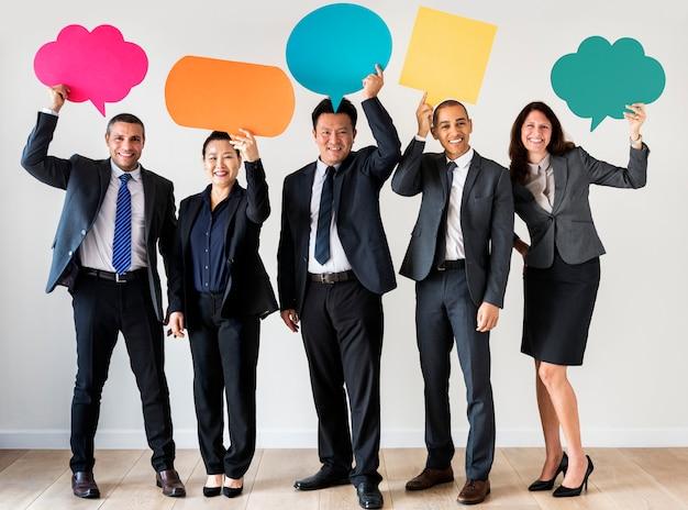 Hombres de negocios que sostienen cuadros de mensajes