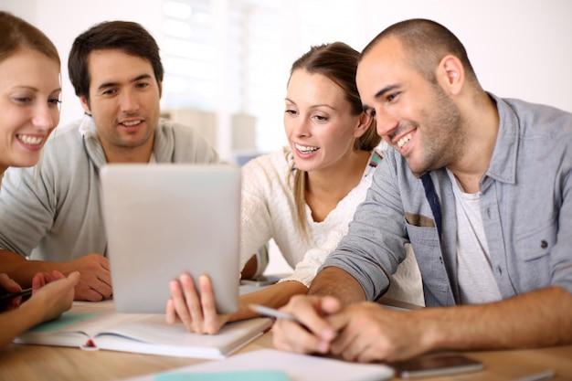 Hombres de negocios que trabajan en la tableta en la oficina