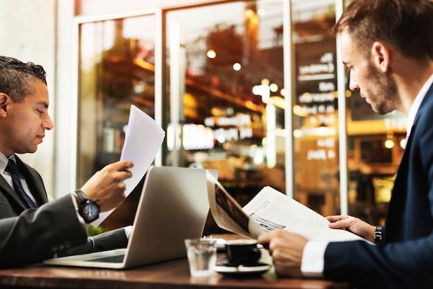 Hombres de negocios que trabajan tecnología concepto de papel