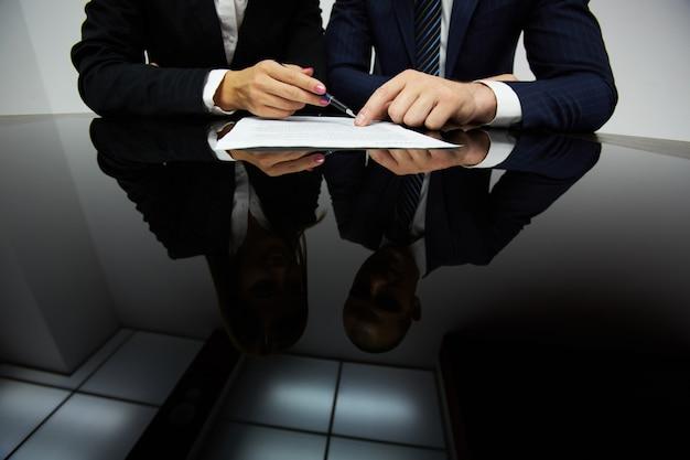 Hombres de negocios reflejados en la mesa