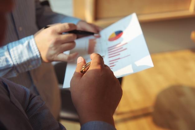 Los hombres de negocios de la reunión agrupan concepto de la inversión y de la inversión de la discusión corporativa en la sala de conferencias.