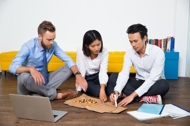Hombres de negocios serios en discusiones sobre las ideas de inicio
