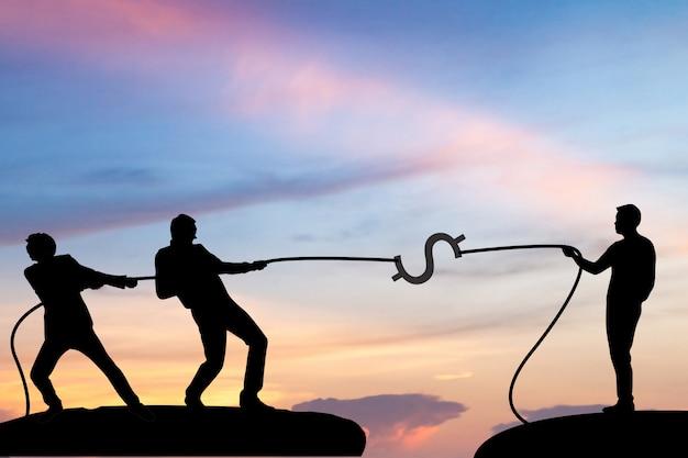 Hombres de negocios de la silueta que tiran de una cuerda, concepto del negocio, concepto del márketing