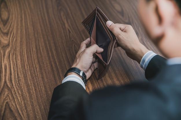 Hombres de negocios tomaron dinero en el bolso.