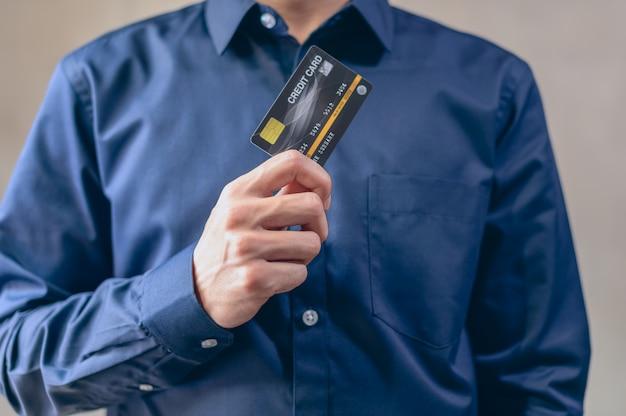 Los hombres de negocios usan tarjetas de crédito en azul