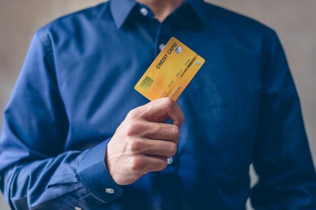 Los hombres de negocios usan tarjetas de crédito para comprar y hacer negocios