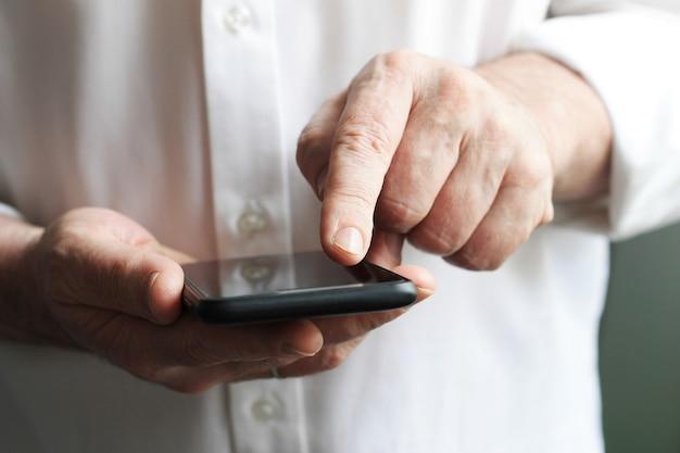 Hombres de negocios está utilizando el teléfono inteligente