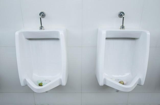 Hombres de orinales en baño público
