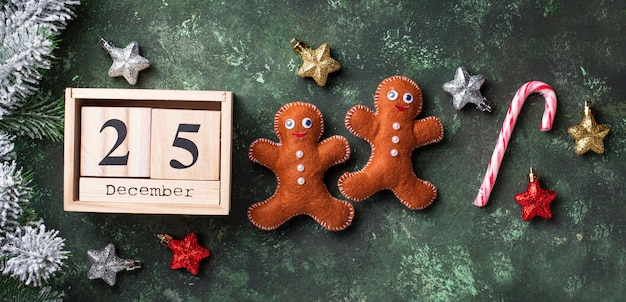 Hombres de pan de jengibre de navidad hechos de fieltro
