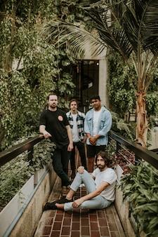 Hombres posando en el jardín, sesión de fotos de invernadero botánico