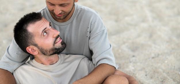 Hombres de primer plano abrazados