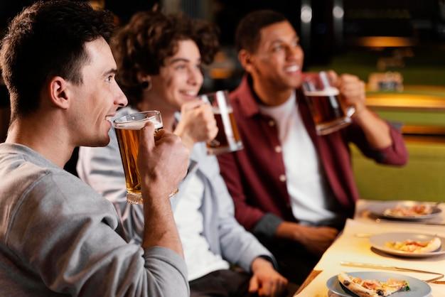 Hombres de primer plano bebiendo cerveza