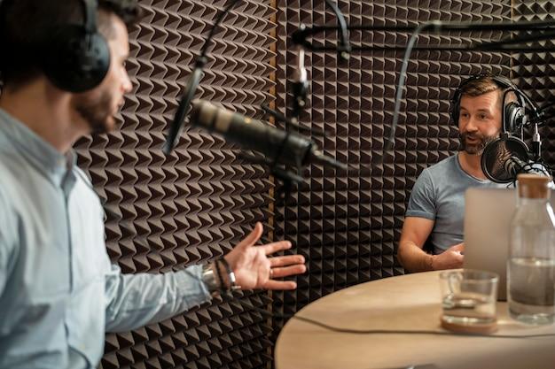 Hombres de primer plano discutiendo en la radio