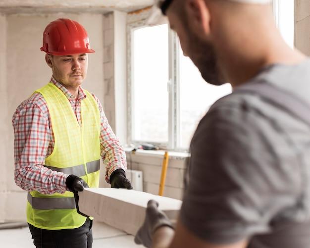 Hombres de primer plano que trabajan con cascos