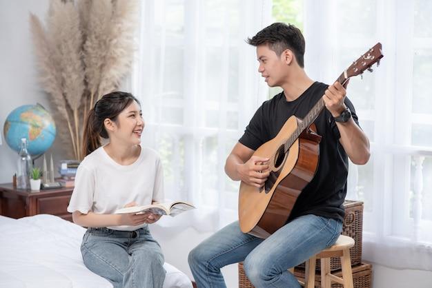 Hombres sentados guitarra y mujeres sosteniendo libros y cantando.