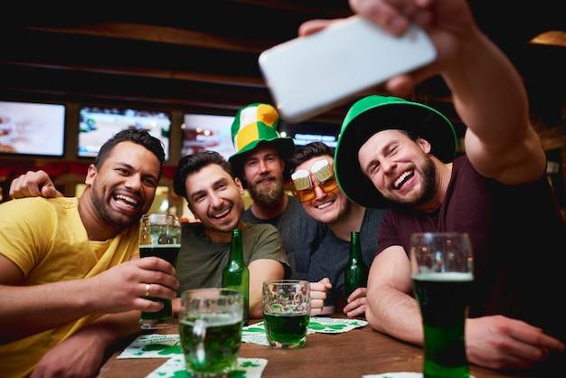 Hombres con sombrero de duende y cerveza celebrando el día de san patricio