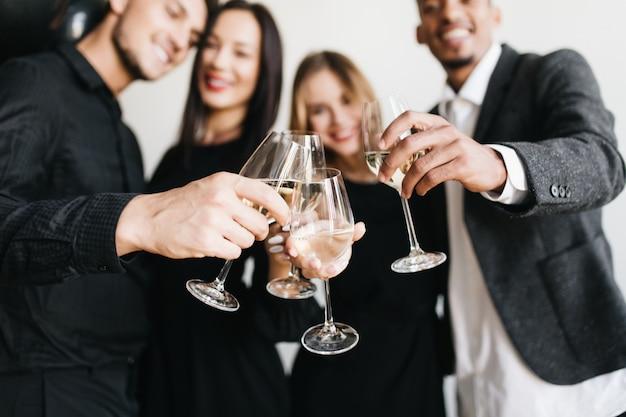 Hombres sonrientes con esposas durante la fiesta
