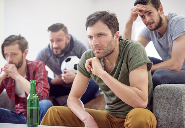 Hombres sorprendidos después del partido de fútbol.