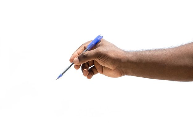 Hombres sosteniendo y escribiendo con un lápiz vista cercana aislado sobre fondo blanco.