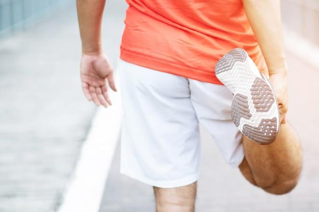 Los hombres tienen mucho dolor en las piernas en el parque debido al ejercicio intenso
