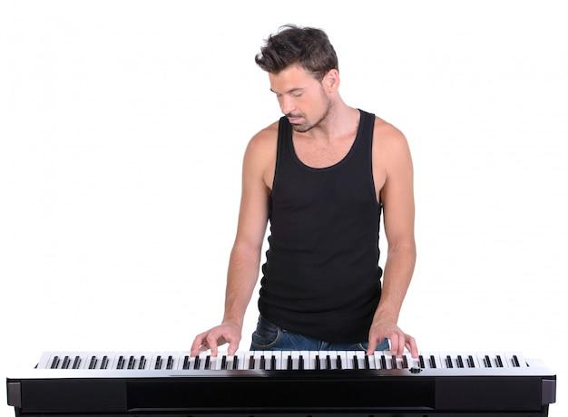 Hombres tocando piano digital