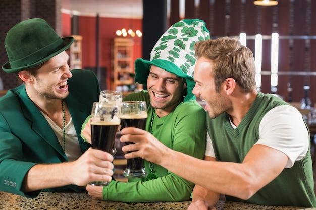 Hombres tostando cervezas