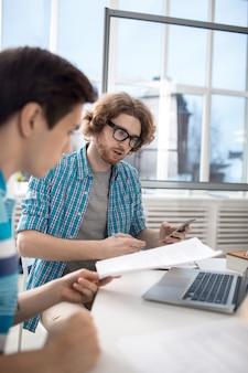 Hombres trabajando en oficina