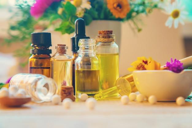 Homeopatía, extractos de hierbas en pequeñas botellas.