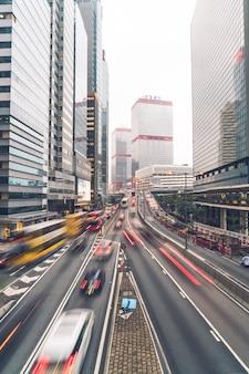 Hong kong - 21 de febrero de 2019: vista de los tráficos con oficinas y edificios comerciales en el área central de hong kong.