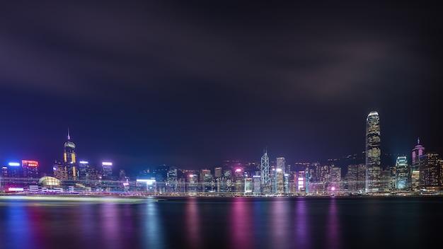 Hong kong con el puerto de victoria en la noche