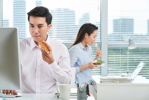 Hora del almuerzo en la oficina ocupada de plan abierto