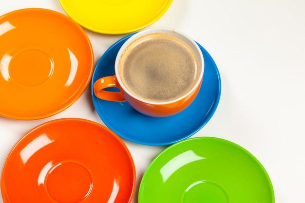 Hora de cafe. composición de colores brillantes de tazas de café
